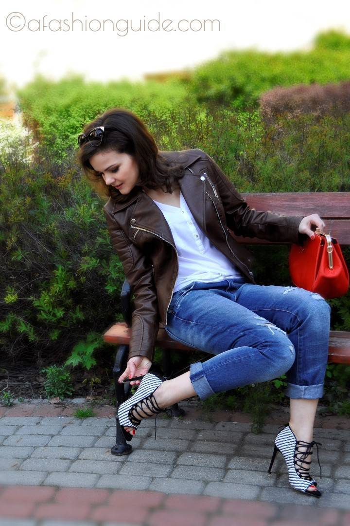 Ripped Boyfriend Jeans are cool with heels and retro bags.
